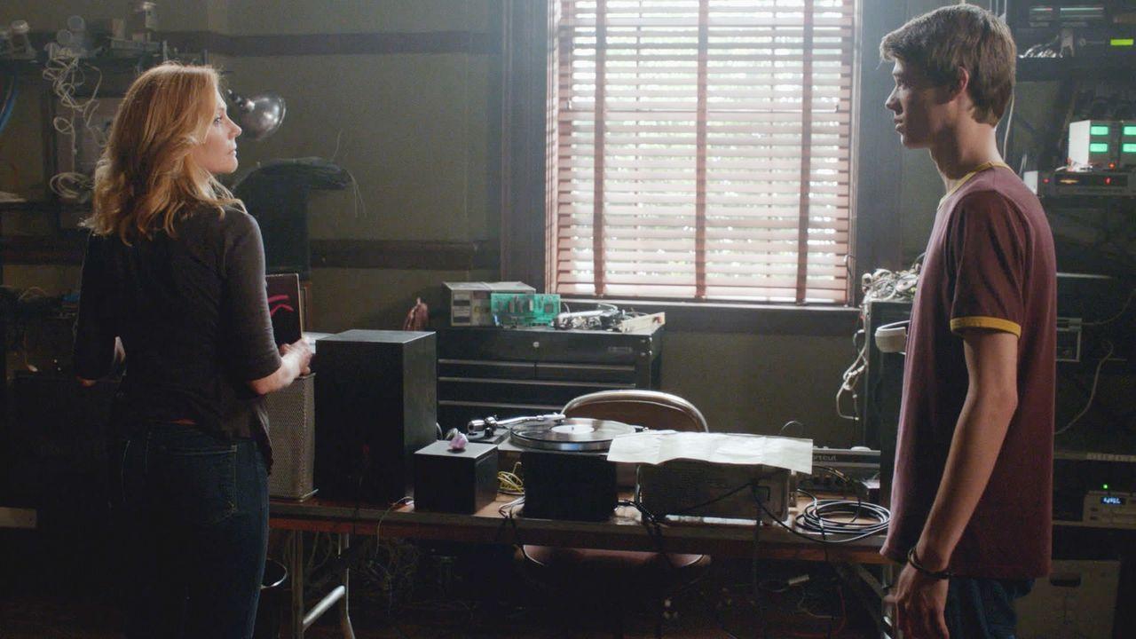 Christine (Marg Helgenberger, l.) hat eine schockierende Neuigkeit über die Kuppel, die Joe (Colin Ford, r.) dazu veranlasst, ohne Wenn und Aber mit... - Bildquelle: Brownie Harris 2015 CBS Studios Inc.