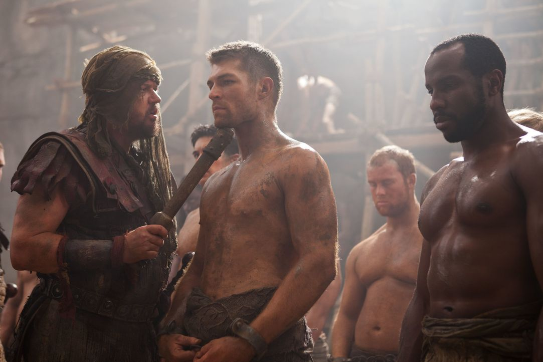 Lässt sich auf ein Todeskommando ein, um Crixus' große Liebe Naevia zu retten: Spartacus (Liam McIntyre, M.) ... - Bildquelle: 2011 Starz Entertainment, LLC. All rights reserved.