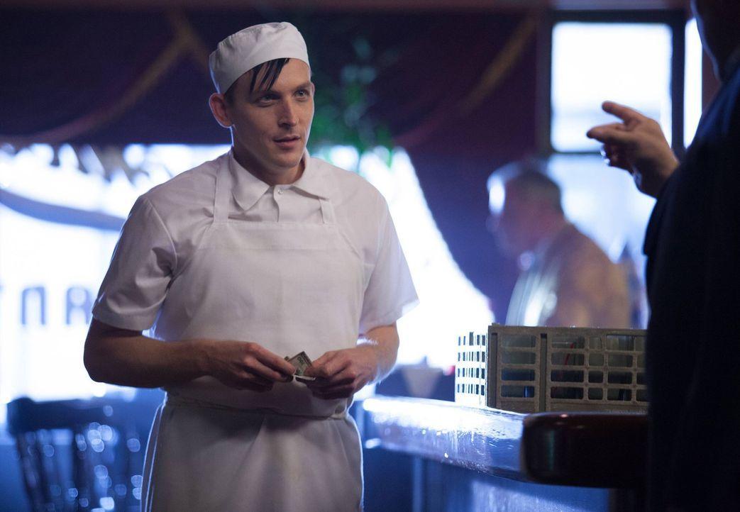 """Kehrt nach Gotham zurück und findet einen neuen Job, der ihn näher an eine einflussreiche Gestalt der Unterwelt bringt: Oswald """"Penguin"""" Cobblepot (... - Bildquelle: Warner Bros. Entertainment, Inc."""