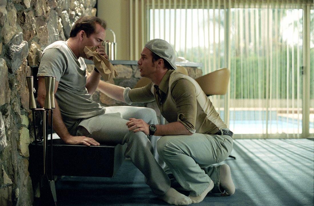 Trickbetrüger Roy (Nicolas Cage, l.) ist schon lange nicht mehr der Alte und wird von schlimmen Phobien verfolgt. Zeit also, in den wohlverdienten... - Bildquelle: Warner Bros. Pictures