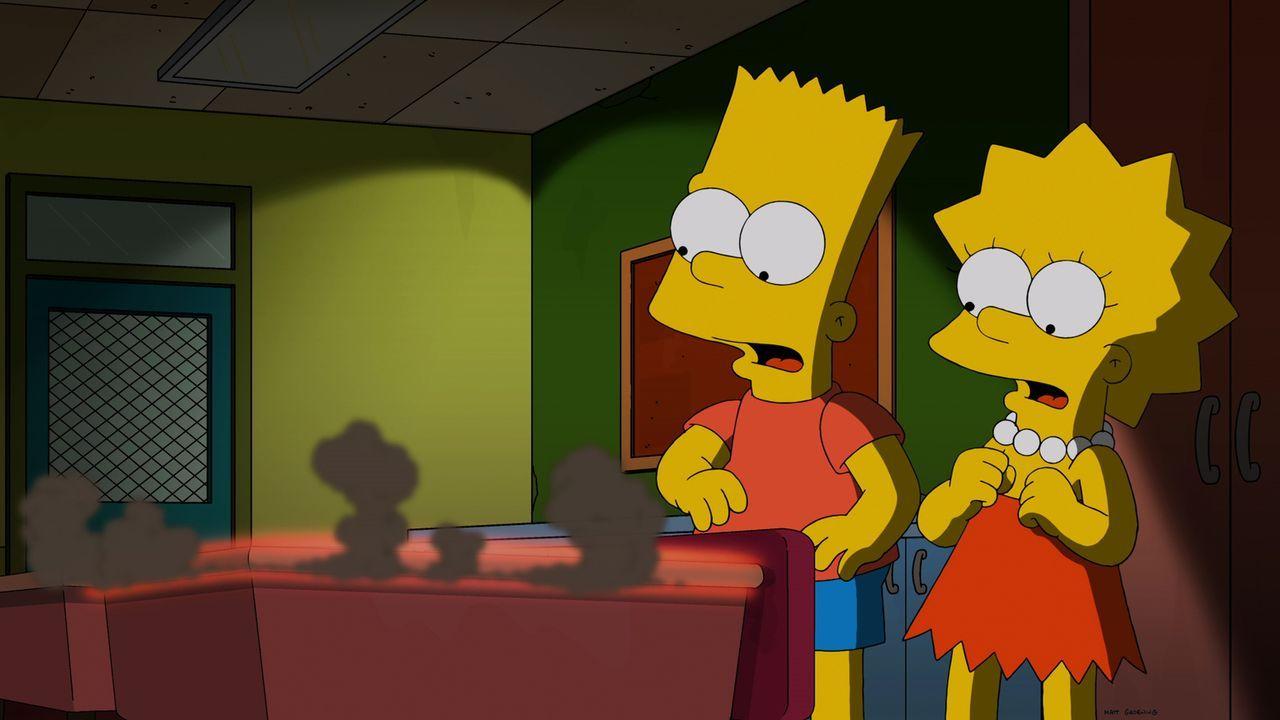 Eine mysteriöse Innschrift bringt Bart (l.) und Lisa (r.) an einen ungewöhnlichen Ort ... - Bildquelle: 2014 Twentieth Century Fox Film Corporation. All rights reserved.
