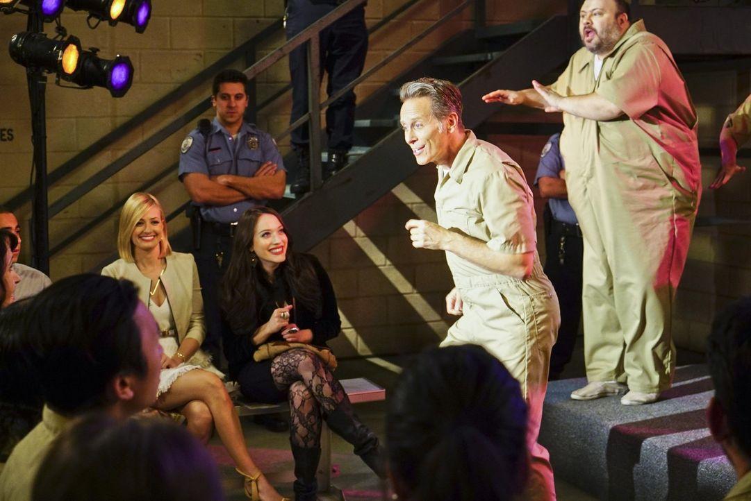 Caroline (Beth Behrs, l.) und Max (Kat Dennings, 2.v.l.) genießen im Gefängnis die Musicalaufführung von Carolines Vater Martin (Steven Weber, 2.v.r... - Bildquelle: 2016 Warner Brothers