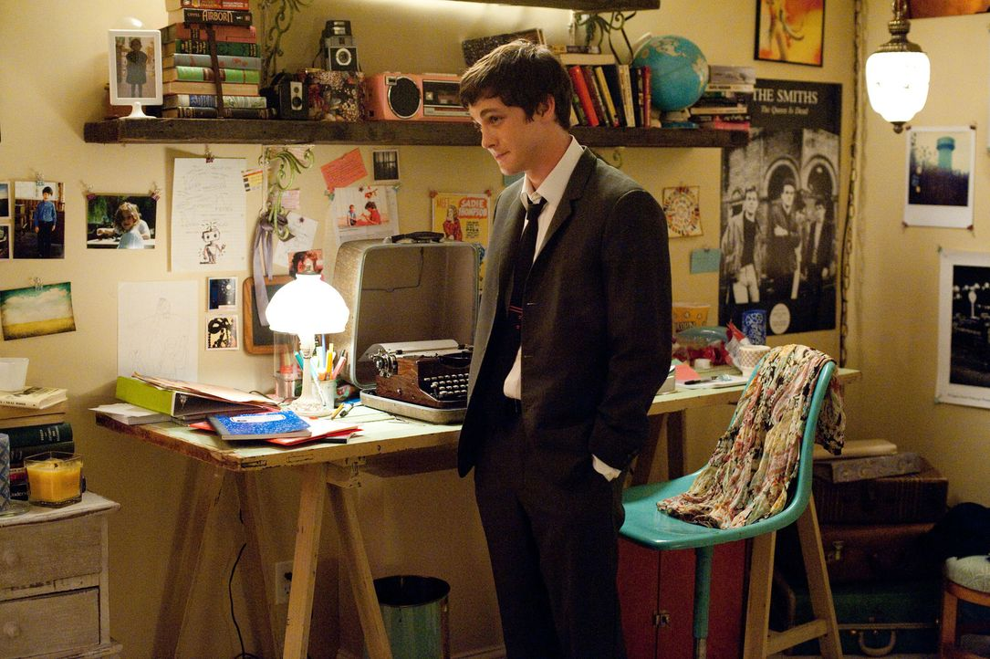 Der intelligente Teenager Charlie (Logan Lerman) ist im wahrsten Sinne des Wortes ein Mauerblümchen. Doch das scheint sich zu ändern, als er eines T... - Bildquelle: John Bramley 2011 Summit Entertainment, LLC.  All rights reserved.