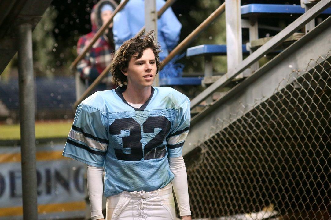 Axl (Charlie McDermott) ist überglücklich, dass er wieder völlig genesen ist und zu seinem wichtigsten Footballspiel antreten kann. Dort erwartet ih... - Bildquelle: Warner Brothers