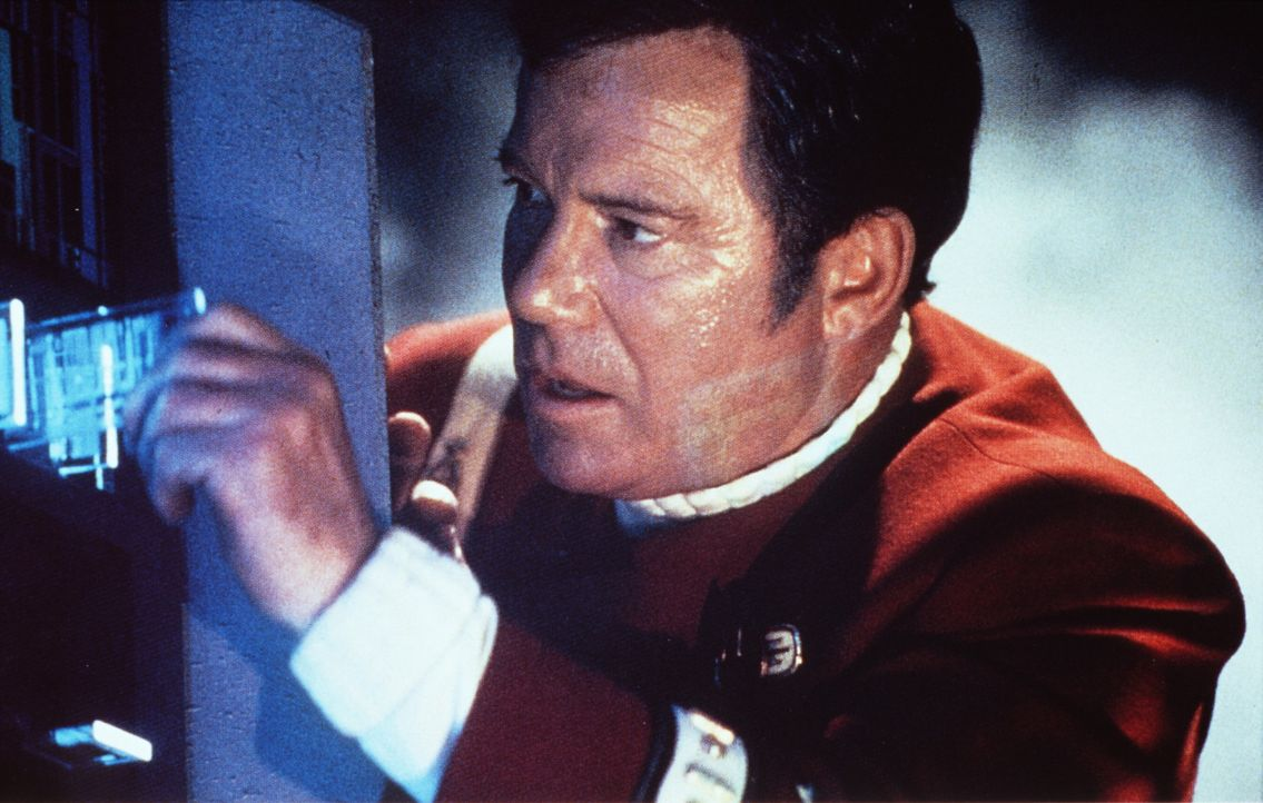 Captain Kirk (William Shatner) riskiert wieder einmal Kopf und Kragen ... - Bildquelle: Paramount Pictures