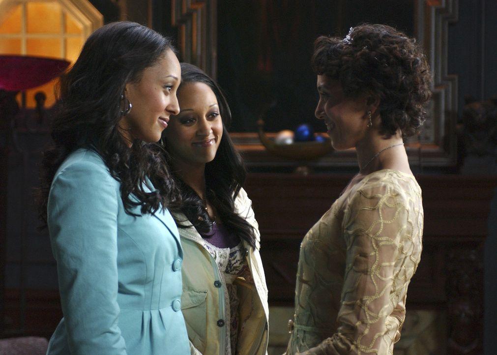 Mit Hilfe ihrer Mutter Emily (Karen Holness, r.) begeben sich die Zwillingshexen Camryn (Tamera Mowry, l.) und Alex (Tia Mowry, M.) auf die gefahrvo... - Bildquelle: Disney - ABC - ESPN Television