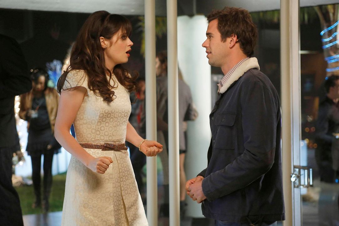 Während Jess (Zooey Deschanel, l.) vor Sams (David Walton, r.) Liebesbekundungen gegen eine Wand läuft, ist Nick von Angie eingeschüchtert, da sie i... - Bildquelle: 2012 Twentieth Century Fox Film Corporation. All rights reserved.