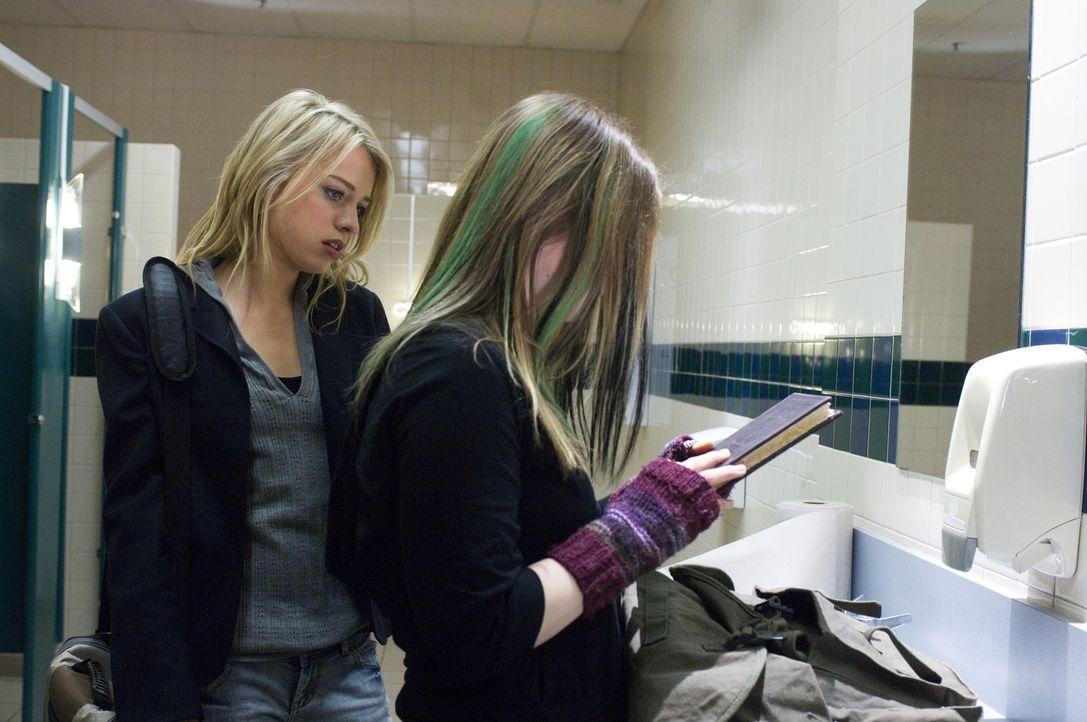 Eines Tages finden die beiden Freundinnen Dominique (Alexz Johnson, l.) und Ursula (Magda Apanowicz, r.) auf einem Friedhof ein magisches Tagebuch.... - Bildquelle: Ed Araquel 2007 Diary Productions Inc.