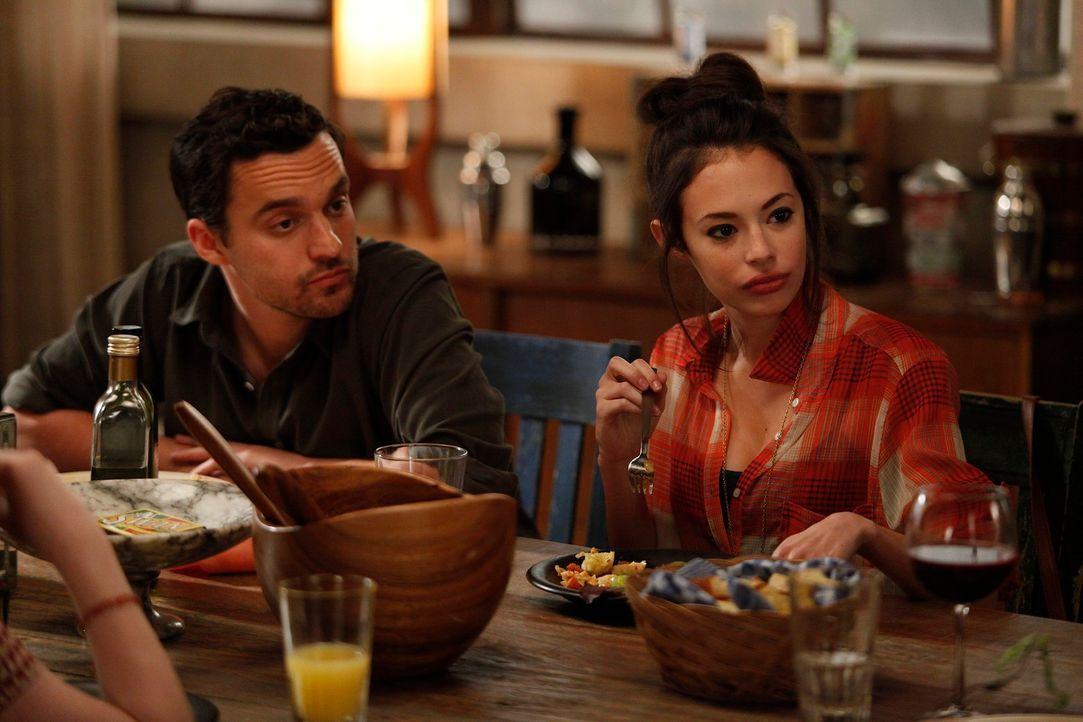 Jess muss auf Russels Tochter Sara aufpassen. Während sie sich bei Nicks (Jake M. Johnson, l.) Anblick sofort in ihn verliebt, wird seine Freundin C... - Bildquelle: 20th Century Fox