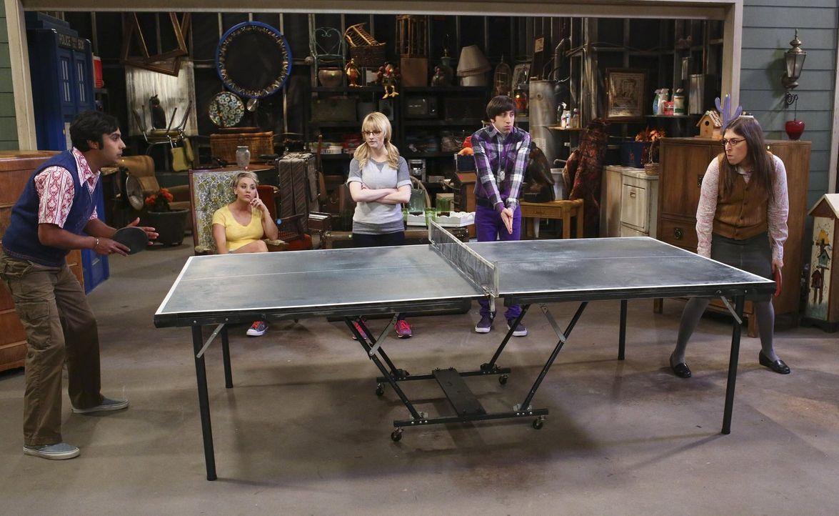 Während Leonard und Sheldon zu einem Vortrag nach Berkeley unterwegs sind, artet ein Garagenverkauf bei Bernadette (Melissa Rauch, M.), Howard (Simo... - Bildquelle: Warner Bros. Television