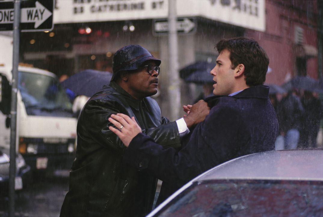 Ein ganz normaler Tag in New York. Ein junger Anwalt (Ben Affleck, r.) und ein Mann (Samuel L. Jackson, l.), der gerade auf dem Weg zum Gericht ist,... - Bildquelle: Kerry Hayes TM & © 2002 by Paramount Pictures. All Rights Reserved. / Kerry Hayes