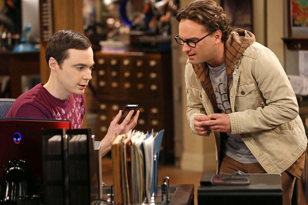 """Können es nicht fassen, dass Stephen Hawking positiv auf Sheldons Anfrage reagiert und mit ihm das Online-Spiel """"Words with Friends"""" spielen möchte:... - Bildquelle: Warner Bros. Television"""