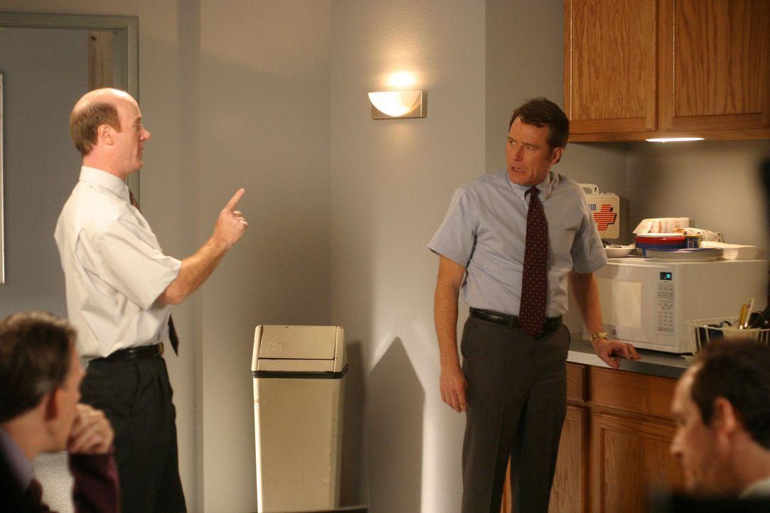 Hal (Bryan Cranston, r.) bekommt eine neue Abteilungsleiterin vorgesetzt, der ein strenger Ruf vorauseilt und sämtliche Mitarbeiter bei ihrem Anbli... - Bildquelle: TM +   2000 Twentieth Century Fox Film Corporation. All Rights Reserved.