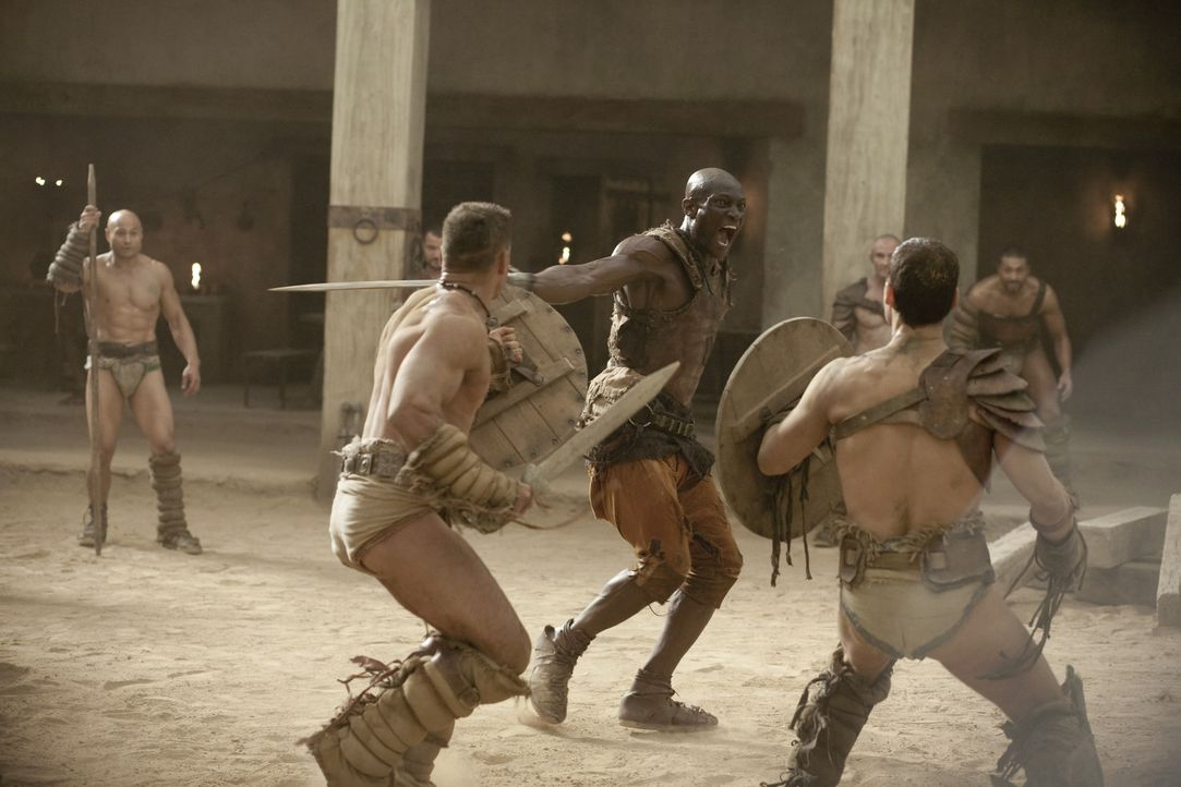 Nur Drago (Peter Mensah, M.) weiß, wie der Titan der Arena, Theokoles, tickt. Deshalb bereitet er Spartacus (Andy Whitfield, r.) und Crixus (Manu B... - Bildquelle: 2010 Starz Entertainment, LLC
