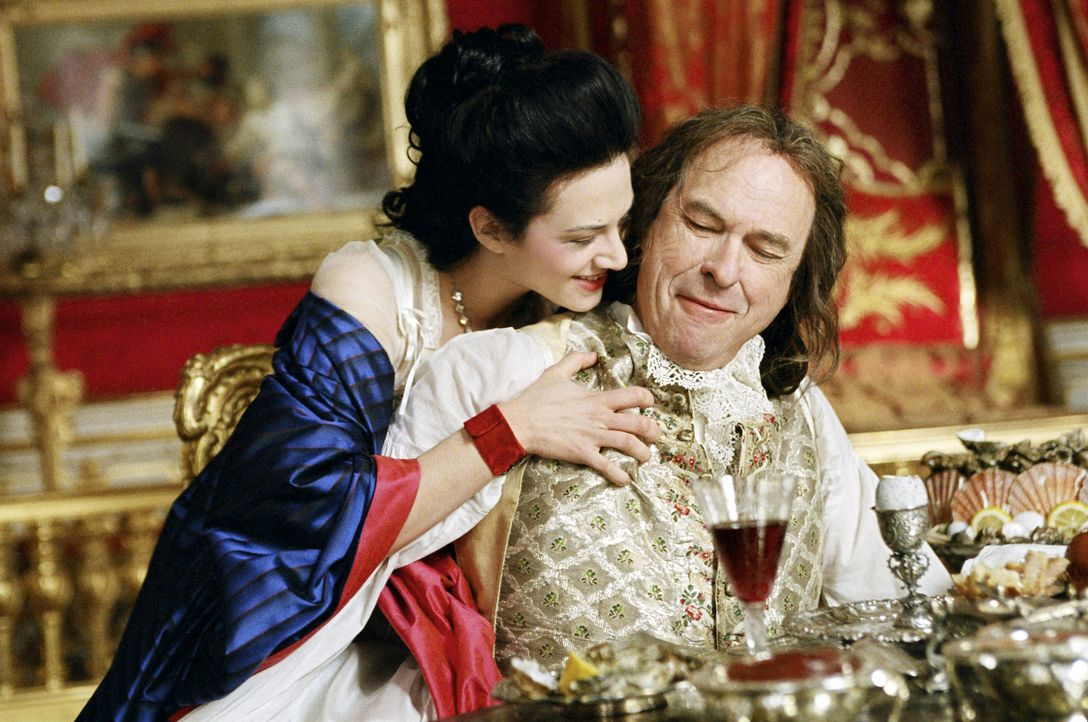Die Maitresse Madame du Barry (Asia Argento, l.) hat den alternden König Louis XV (Rip Torn, r.) mit ihrem Charme und ihrer Jugend erobert ... - Bildquelle: 2006 I Want Candy, LLC. All Rights Reserved.