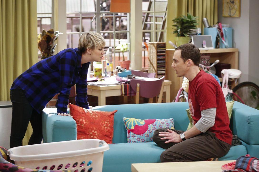 Sind sich nicht immer einig: Sheldon (Jim Parsons, r.) und Penny (Kaley Cuoco, l.) ... - Bildquelle: Warner Bros. Television