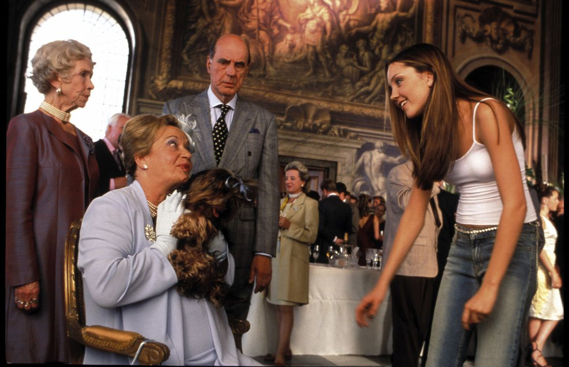 Mit ihrem fröhlichen Yankee-Charme gelingt es Daphne (Amanda Bynes, r.) sogar, Prinzessin Charlottes (Sylvia Syms, sitzend) und Prinz Michaels (Ant... - Bildquelle: Warner Bros.