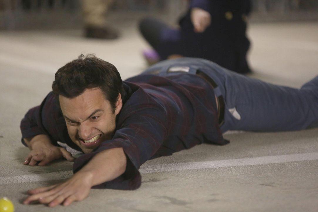 Während Nick (Jake M. Johnson), Jess und Schmidt um einen Parkplatz kämpfen, hat Winston ein ganz anderes Problem ... - Bildquelle: 2013 Twentieth Century Fox Film Corporation. All rights reserved.