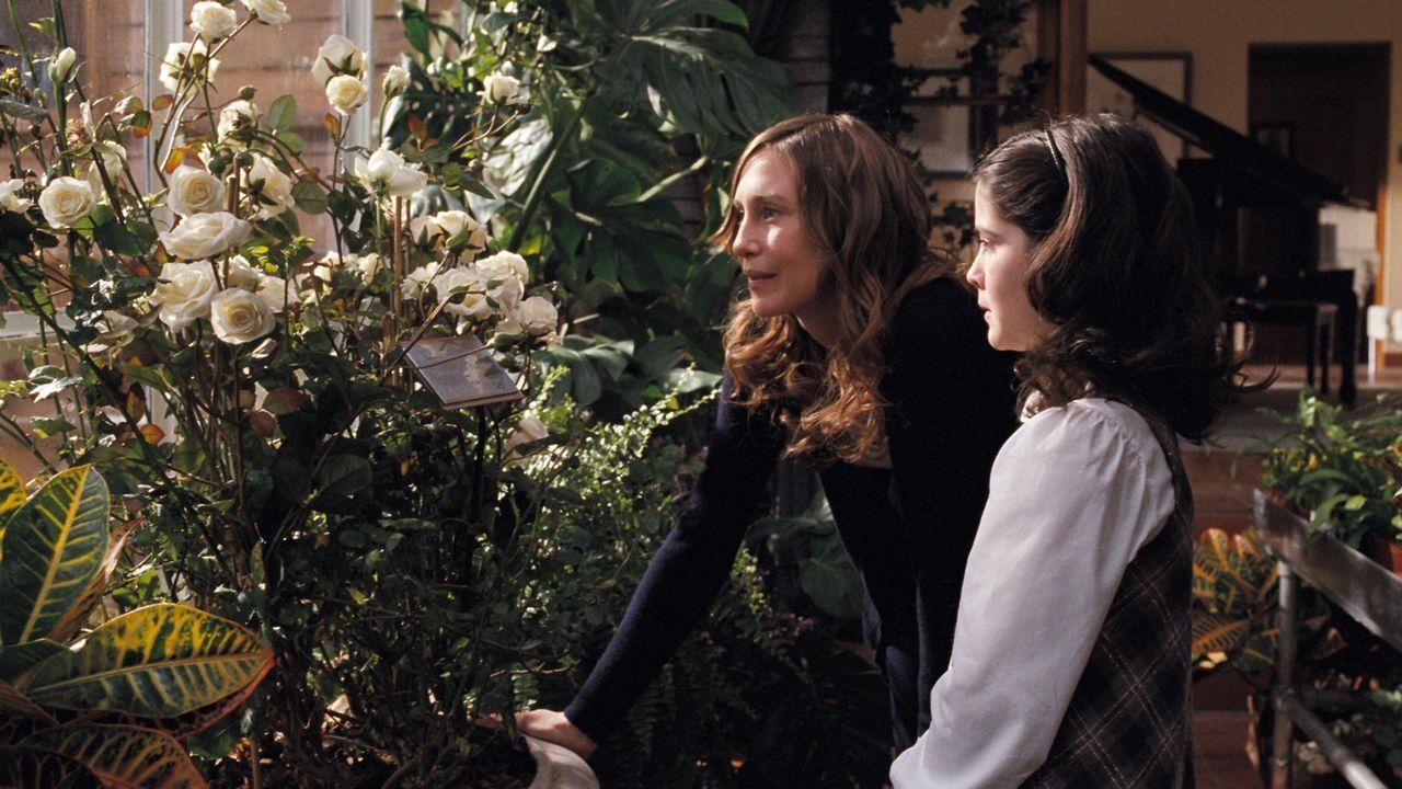 Kaum in der neuen Familie angekommen, zeigt Kate (Vera Farmiga, l.) Esther (Isabelle Fuhrman, r.) im Gewächshaus das mit weißen Rosen bewachsene G... - Bildquelle: Kinowelt