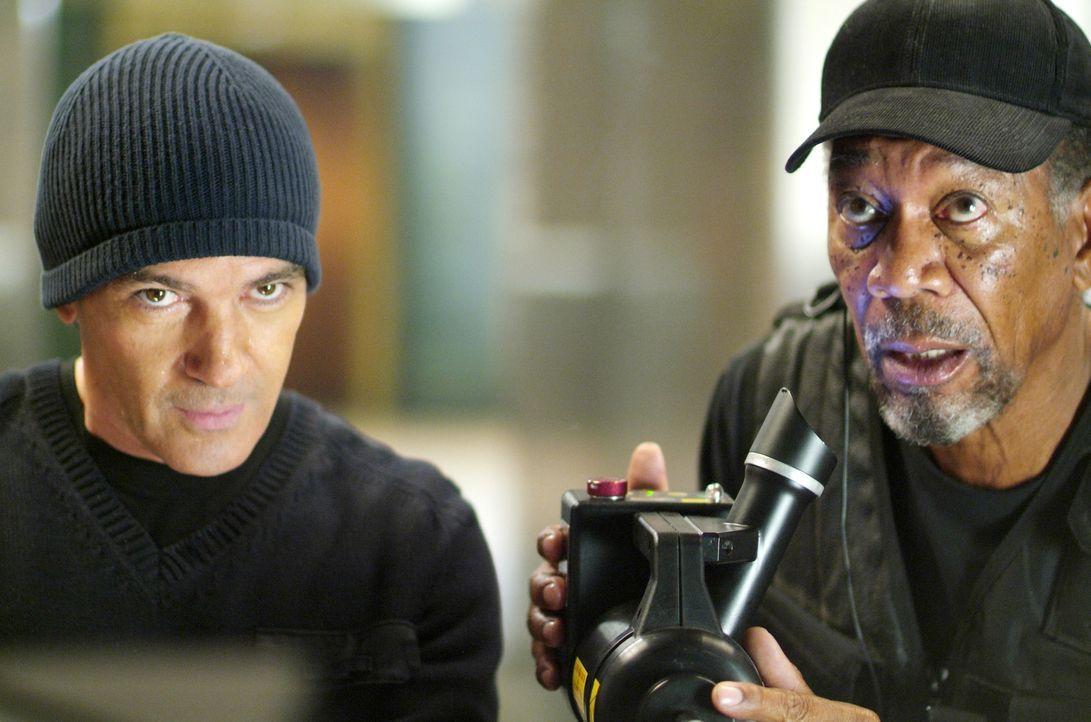 Um seine Schulden bei einem mächtigen russischen Gangster abzahlen zu können, muss Kunstdieb Keith Ripley (Morgan Freeman, r.) einen Partner für ein... - Bildquelle: Nu Image