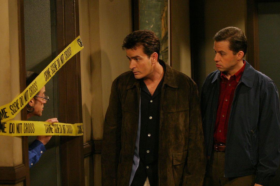 Wundern sich über Stans (Richard Lewis, l.) seltsames Verhalten: Charlie (Charlie Sheen, M.) und Alan (Jon Cryer, r.) ... - Bildquelle: Warner Brothers Entertainment Inc.