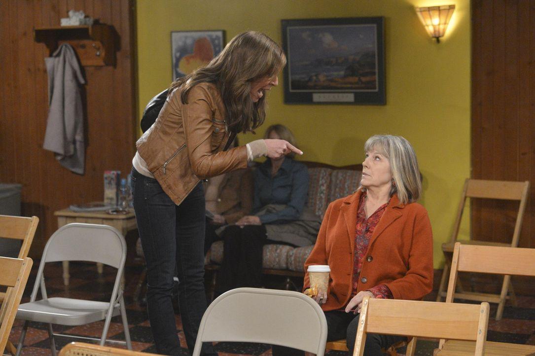 Von der Trauer um Alvin überwältigt, fängt Bonnie (Allison Janney, l.) an, durchzudrehen. Darunter leidet auch Marjorie (Mimi Kennedy, r.) ... - Bildquelle: Warner Bros. Television