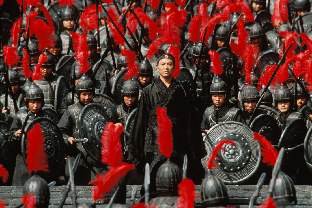 Eines Tages begehrt Nameless (Jet Li) Eintritt beim König von Qin. Mit sich trägt er die Waffen der drei berüchtigtsten Attentäter: Sky, Broken... - Bildquelle: Constantin Film