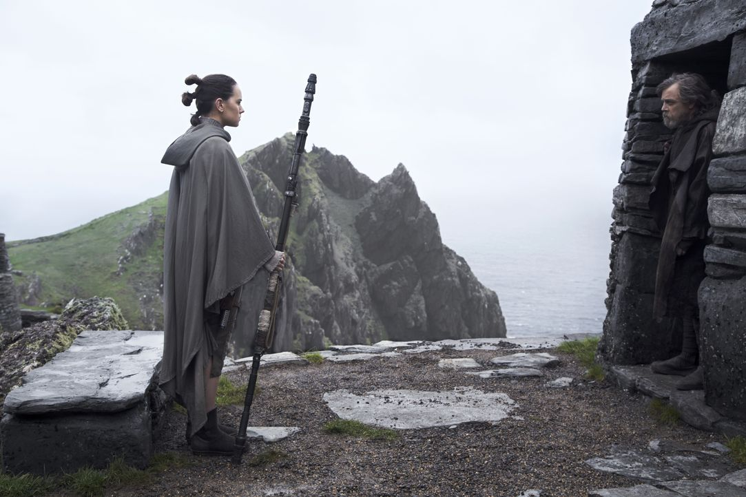 Rey (Daisy Ridley, l.); Luke Skywalker (Mark Hamill, r.) - Bildquelle: Jonathan Olley 2017 & TM Lucasfilm Ltd. / Jonathan Olley