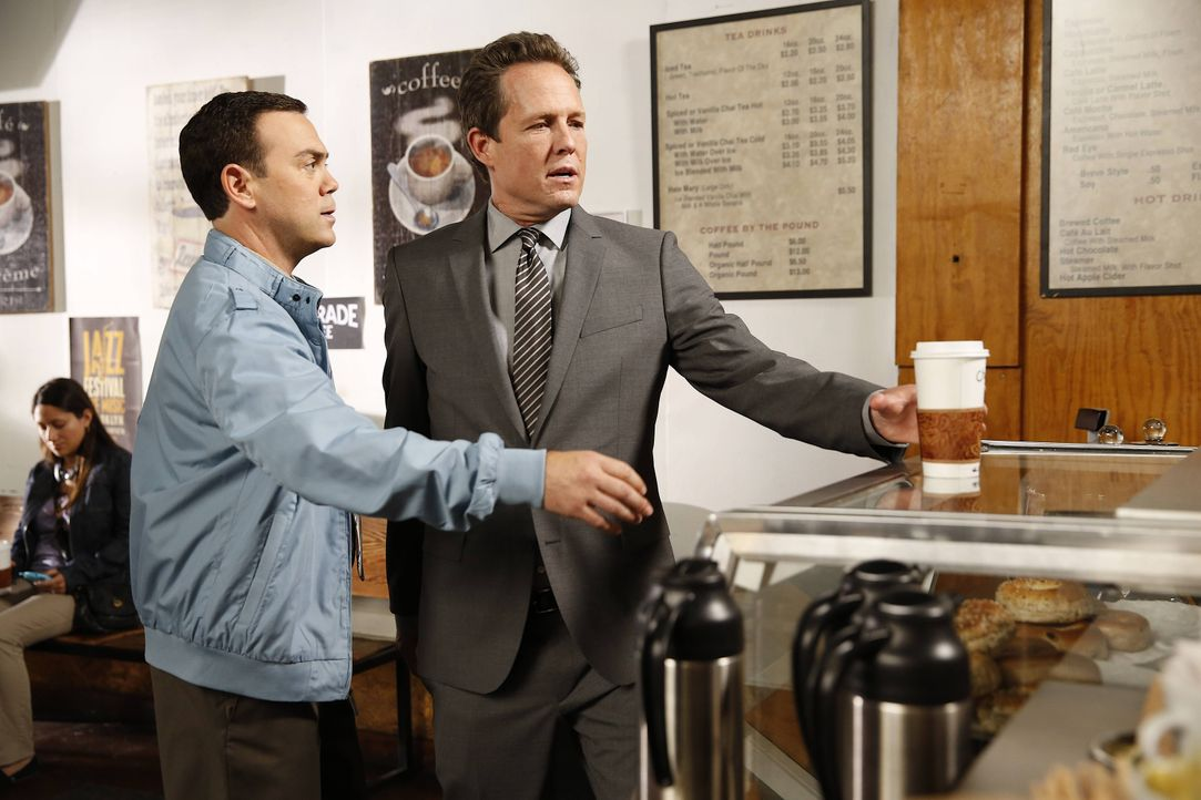 "Charles Boyle (Joe Lo Truglio, l.); Detective ""Der Geier"" Pembroke (Dean Winters, r.) - Bildquelle: Greg Gayne 2013 NBC Studios LLC. All Rights Reserved. / Greg Gayne"