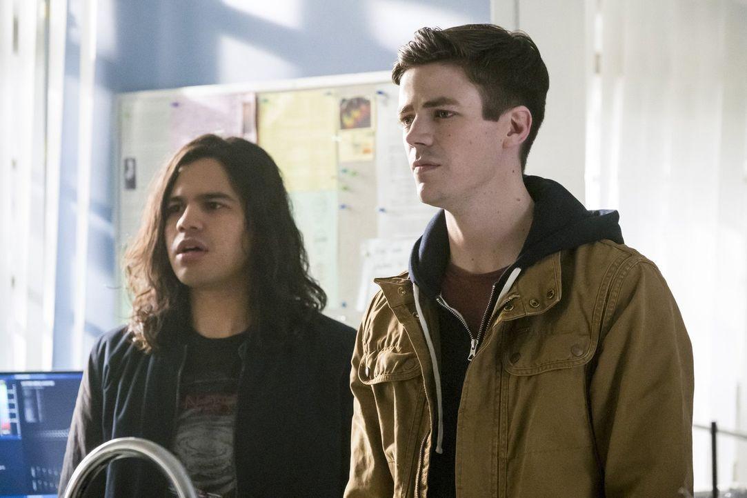 Während Cisco (Carlos Valdes, l.) damit zu kämpfen hat, dass er gegen seine beste Freundin antreten muss, erkennt Barry (Grant Gustin, r.) endlich,... - Bildquelle: 2016 Warner Bros.