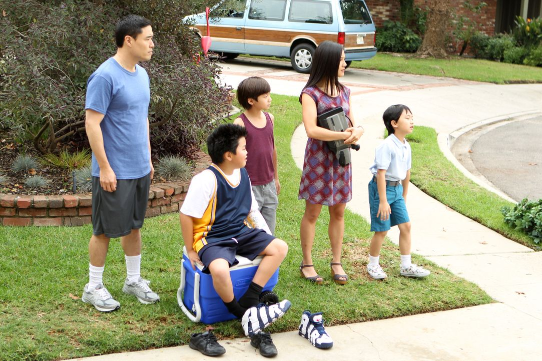 Eine ganz besondere Familie: Louis (Randall Park, l.), Jessica (Constance Wu, 2.v.r.), Eddie (Hudson Yang, 2.v.l.), Emery (Forrest Wheeler, M.) und... - Bildquelle: 2015 American Broadcasting Companies. All rights reserved.