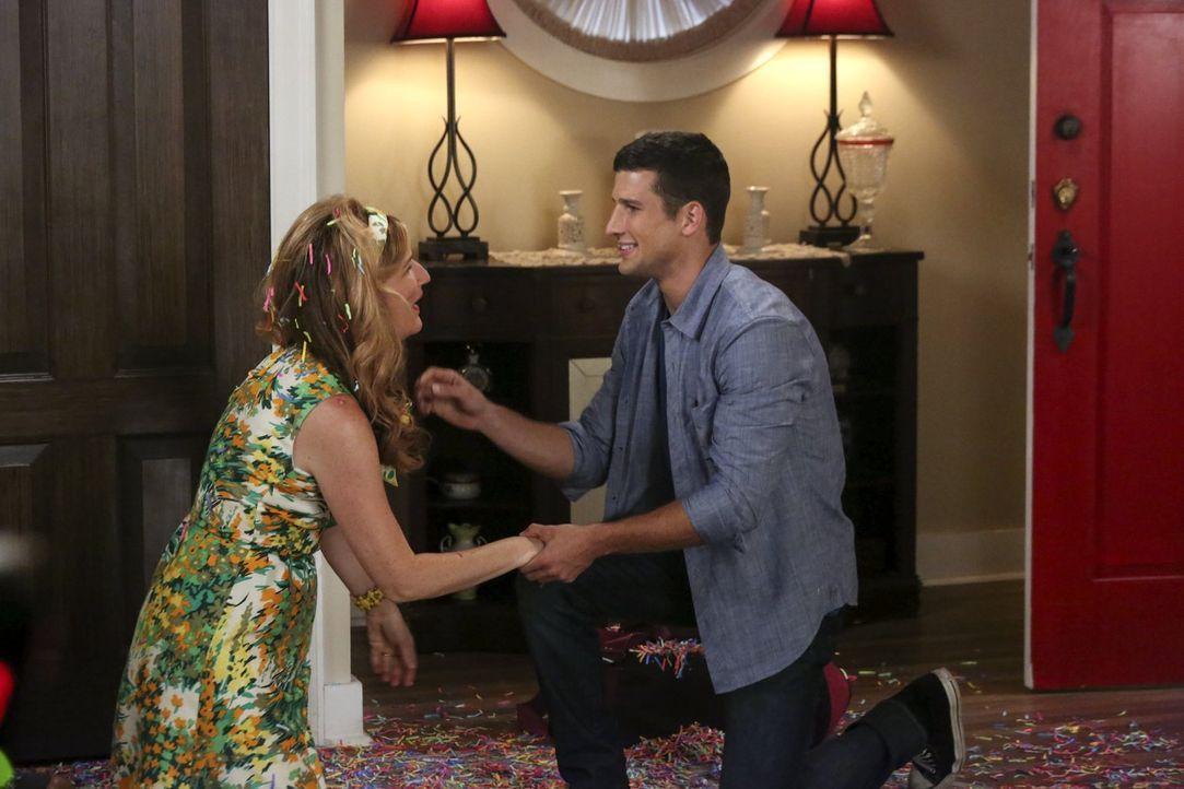 Sheila (Ana Gasteyer, l.) ist in großer Aufregung, da Ryan (Parker Young, r.) für einen Besuch nach Hause kommt ... - Bildquelle: Warner Brothers