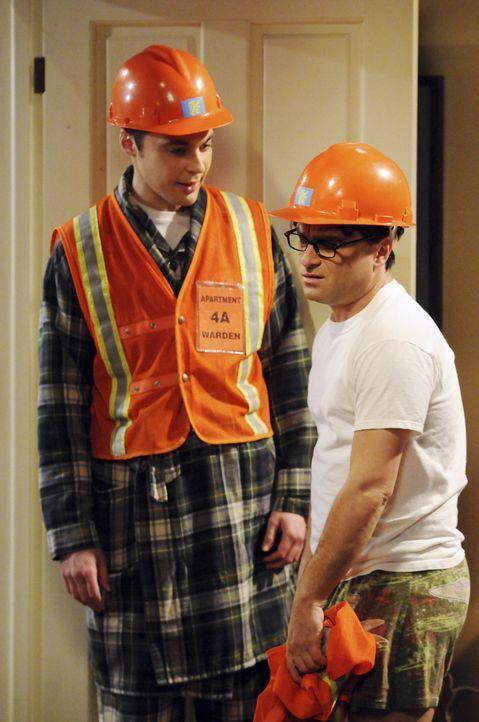 Geraten wegen Sheldons selbstsüchtigen Forderungen aneinander: Sheldon (Jim Parsons, l.) und Leonard (Johnny Galecki, r.) ... - Bildquelle: Warner Bros. Television