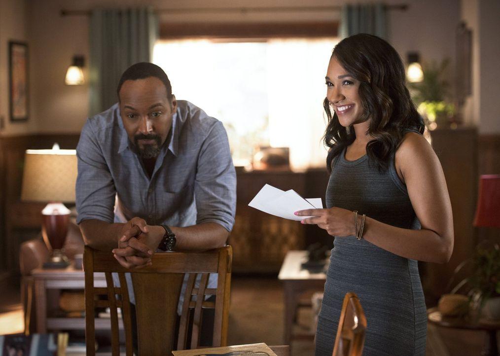 Iris (Candice Patton, r.) wird daran erinnert, was sie über ihre Mutter herausgefunden hat, als Joe (Jesse L. Martin, l.) ihr offenbart, dass er man... - Bildquelle: 2015 Warner Brothers.