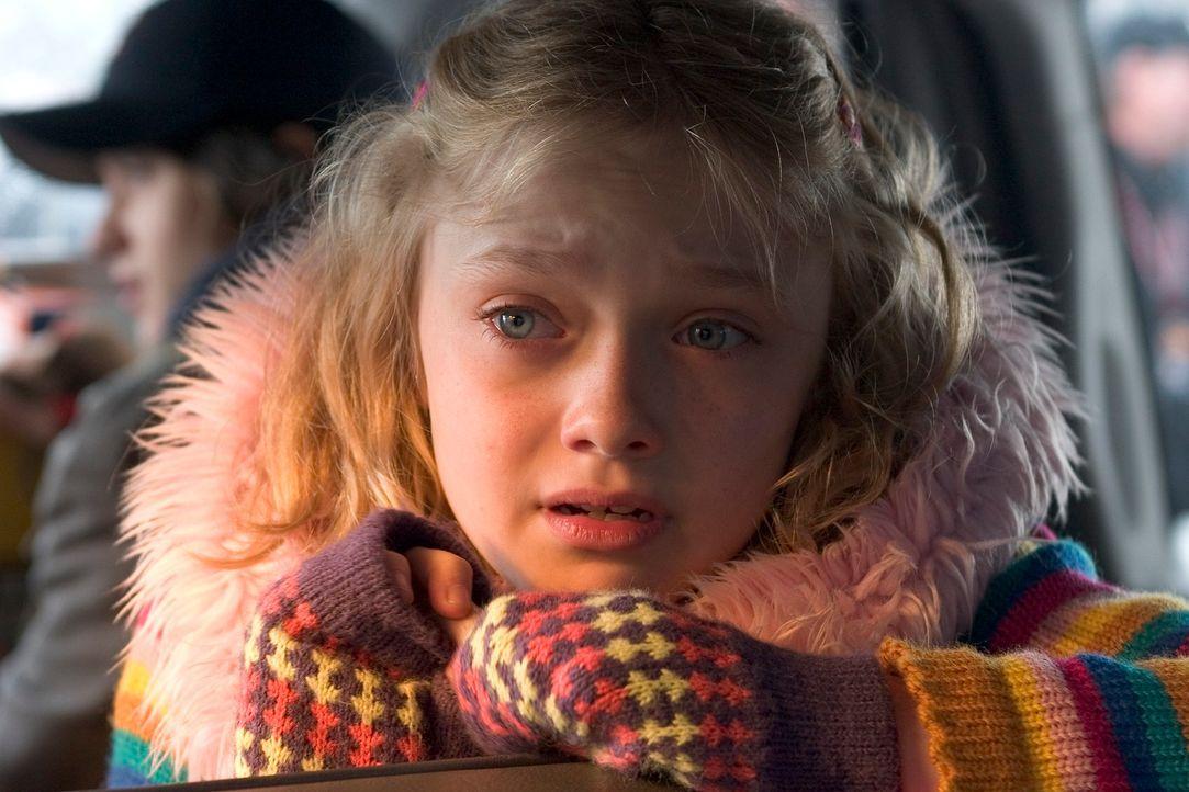 Rachel (Dakota Fanning) traut ihren Augen nicht: Ein regelrechtes Blitzgewitter saust auf die Erde nieder und schlägt riesige Blitzeinschlagskrater... - Bildquelle: 2004 Paramount Pictures All Rights Reserved.