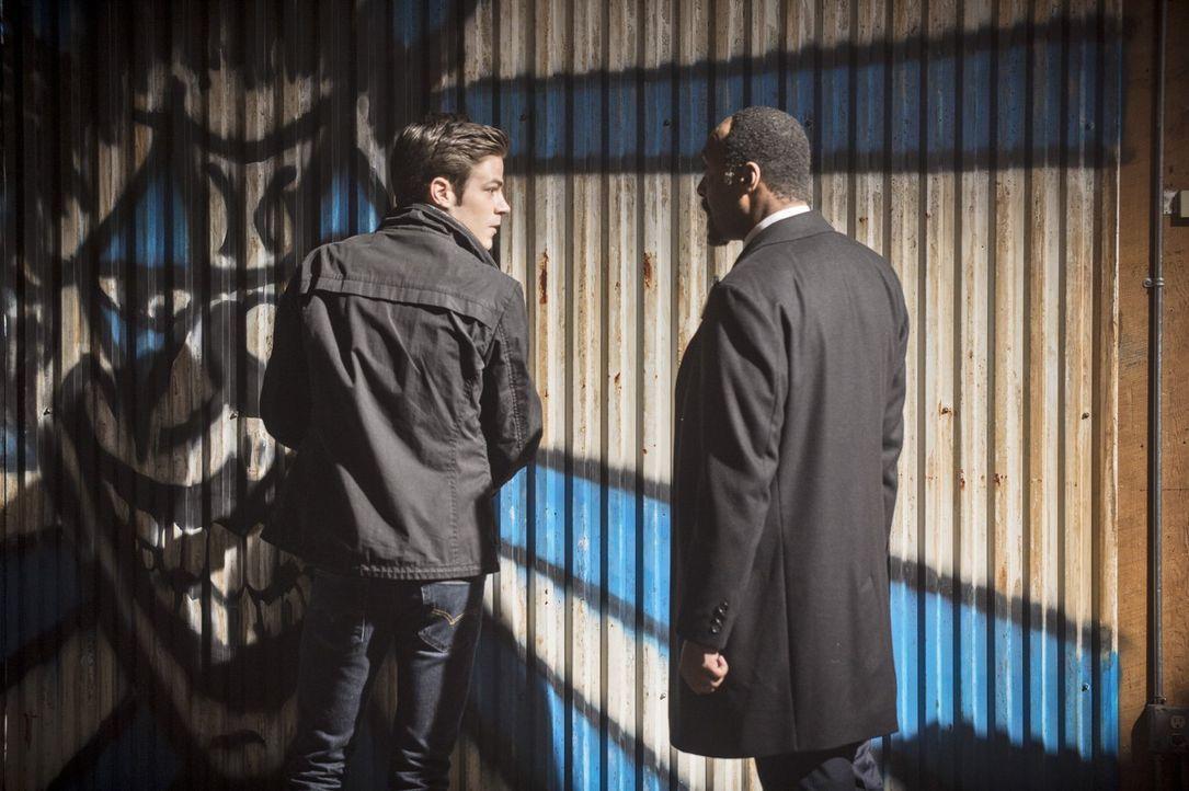 Werden Barry (Grant Gustin, l.) und Joe (Jesse L. Martin, r.) jemals erkennen, wer Dr. Wells wirklich ist? - Bildquelle: Warner Brothers.