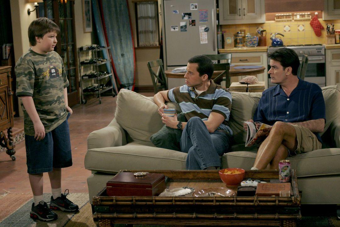 (v.l.n.r.) Jake Harper (Angus T. Jones); Alan Harper (Jon Cryer); Charlie Harper (Charlie Sheen) - Bildquelle: Warner Bros. Entertainment, Inc.