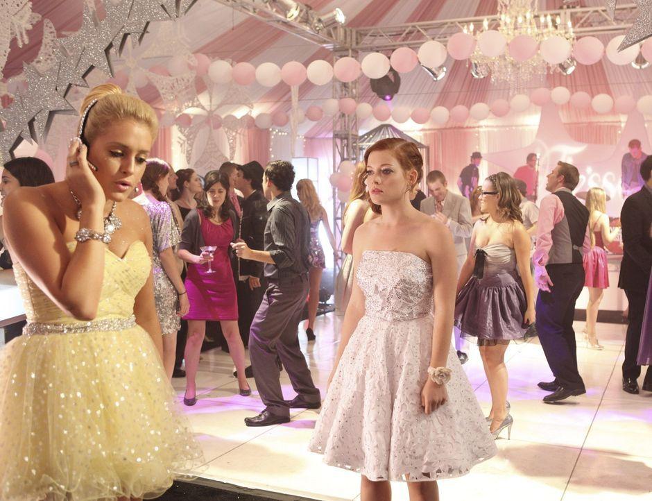 Nimmt die Organisation von Tessas (Jane Levy, r.) Party sehr Ernst: Dalia (Carly Chaikin, l.) ... - Bildquelle: Warner Bros. Television