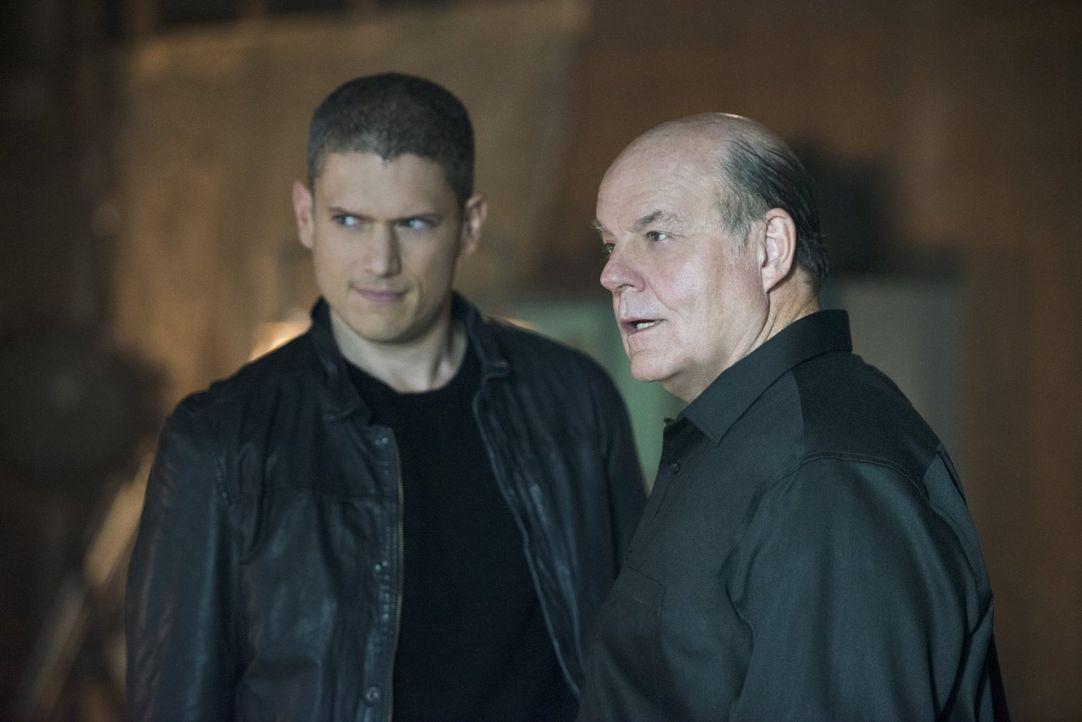 Lisa ist sich sicher, dass Leonard Snart alias Captain Cold (Wentworth Miller, l.) in ernsten Schwierigkeiten ist, wenn er tatsächlich mit ihrem Vat... - Bildquelle: 2015 Warner Brothers.
