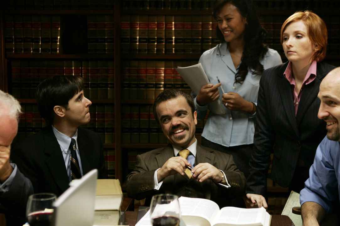 Nach einem Prozessmarathon von über 600 Verhandlungstagen, 20 Angeklagten, ebenso vielen Verteidigern und insgesamt 76 Anklagepunkten fällt die Jury... - Bildquelle: 2006 Yari Film Group Releasing, LLC
