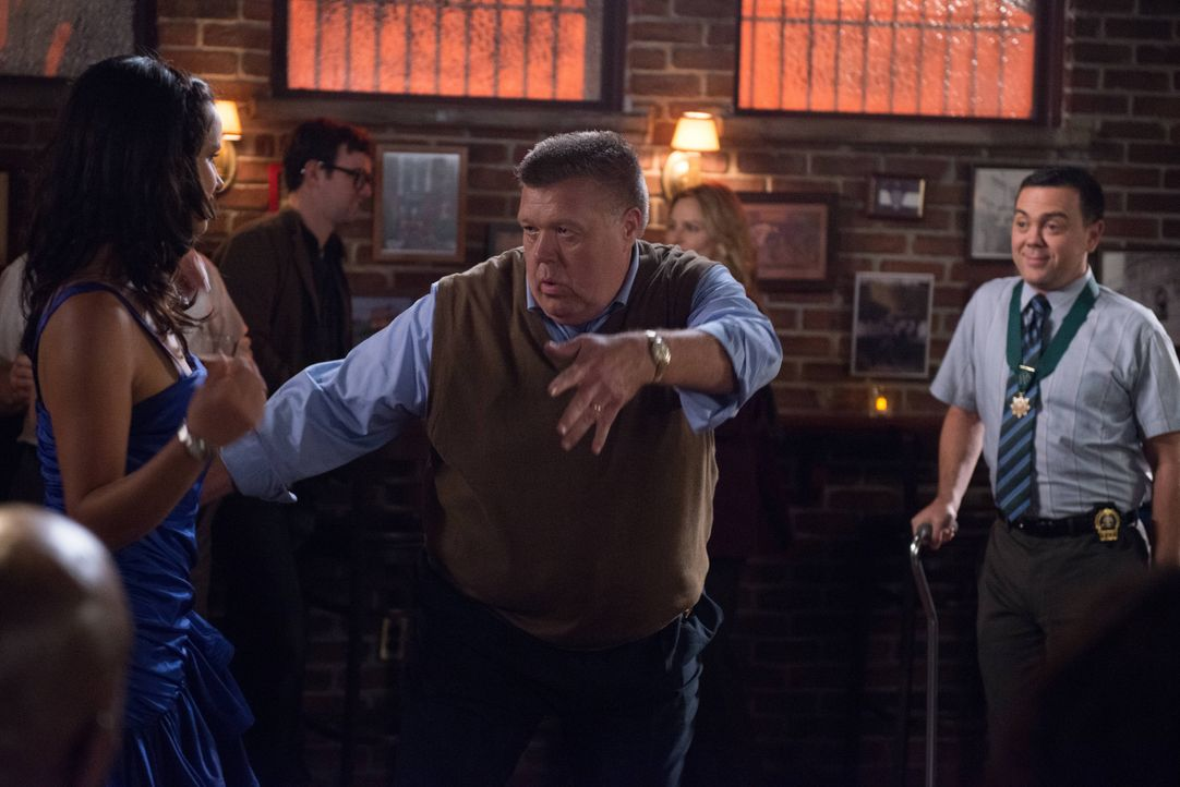 (v.l.n.r.) Amy Santiago (Melissa Fumero); Scully (Joel McKinnon Miller); Charles Boyle (Joe Lo Truglio) - Bildquelle: Eddy Chen 2013 NBC Studios LLC. All Rights Reserved. / Eddy Chen