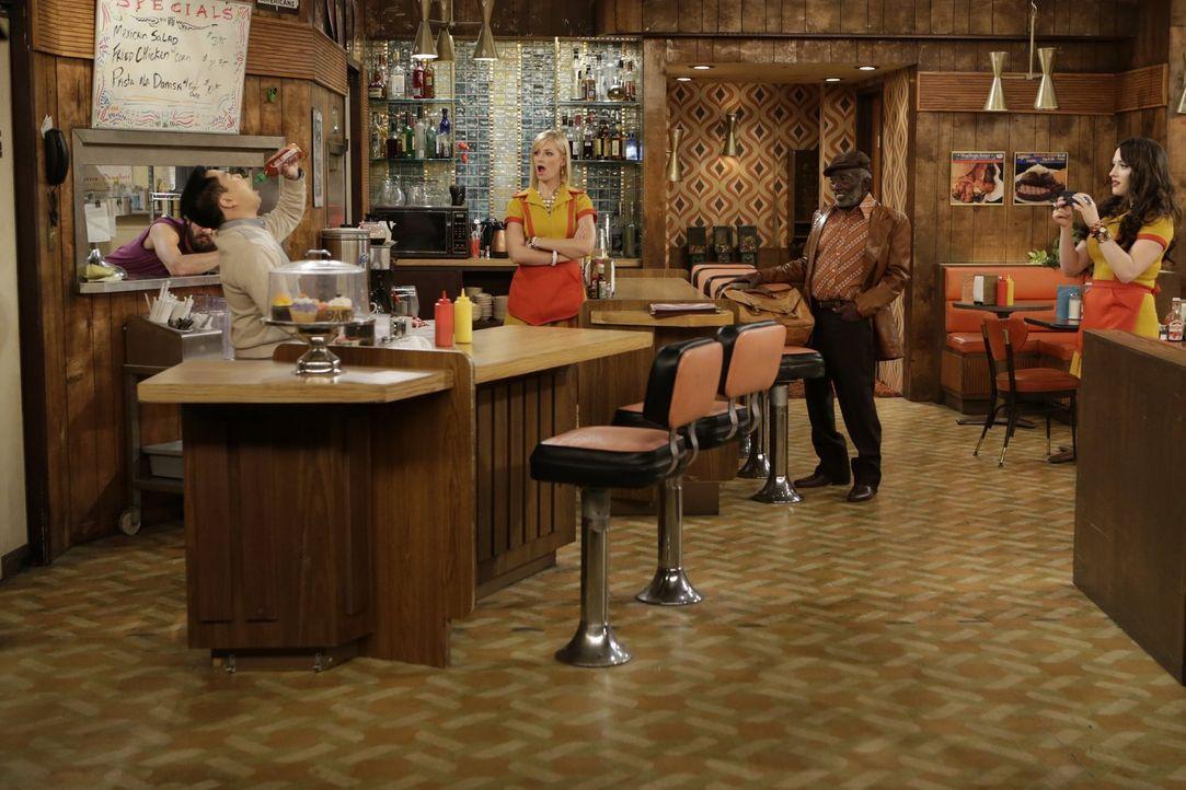 Während Han (Matthew Moy, l.) sich an einer neuen Art der Ice Bucket Challenge versucht, stehen Earl (Garrett Morris, 2.v.r.) und Max (Kat Dennings,... - Bildquelle: Warner Brothers