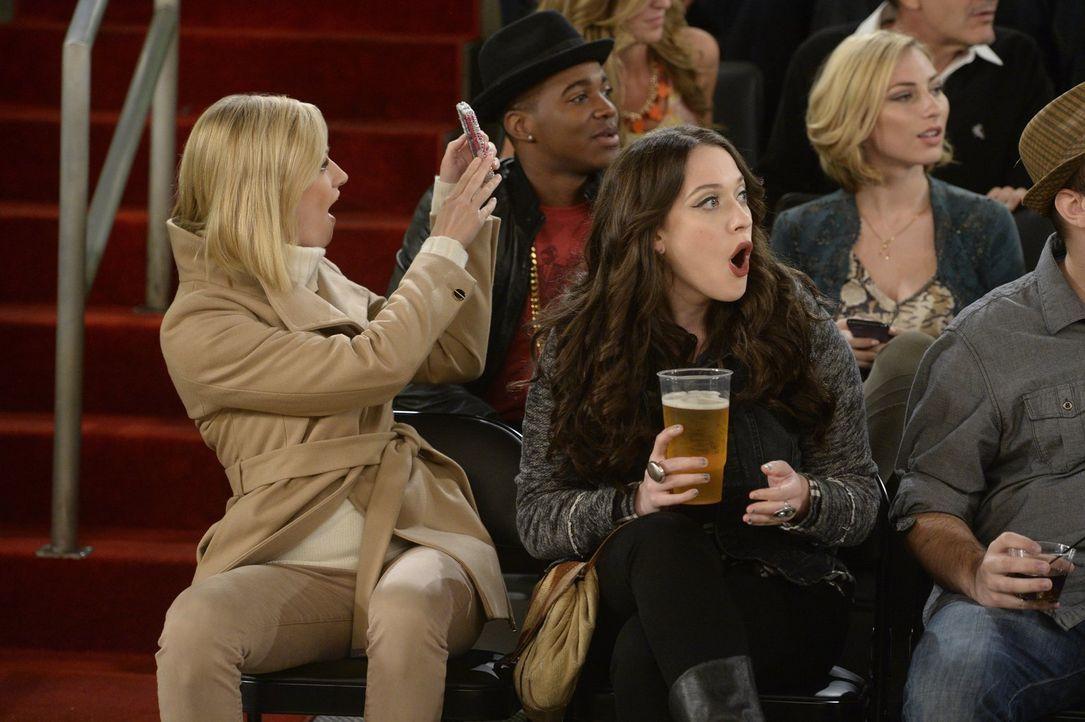 Als sie Tickets für ein Basketballspiel geschenkt bekommen, kämpfen sich Caroline (Beth Behrs, l.) und Max (Kat Dennings, r.) bis ganz nach vorne du... - Bildquelle: 2015 Warner Brothers