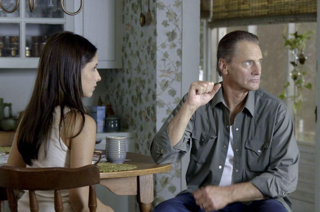 Zu ihrem Vater (Sam Shepard, r.) hat Joanna (Sarah Michelle Gellar, l.) kaum Kontakt, weil er sie, als sie urplötzlich sehr aggressiv wurde, abgesch... - Bildquelle: Tobis Film GmbH & Co. KG