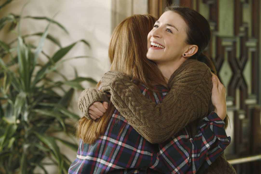 Amelia (Caterina Scorsone, r.) freundet sich während der Entziehungskur mit der 18-jährigen Hailey (Debby Ryan, l.) an. Das Mädchen hilft ihr, ih... - Bildquelle: ABC Studios
