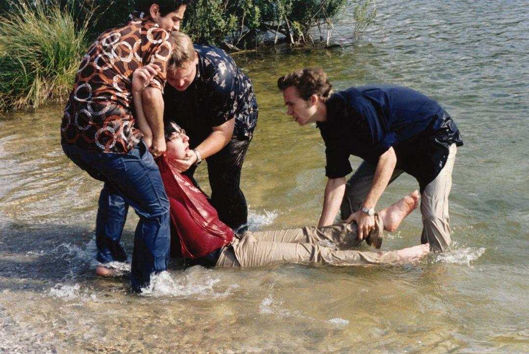 Wie kifft man sich durch einen See: Dirk (Axel Stein, M.), André (Tim Egloff, r.) und Nabil (Denis Moschitto, l.) ... - Bildquelle: Constantin Film