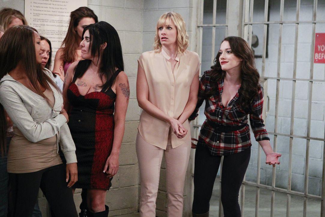 Als Caroline (Beth Behrs, 2.v.r.) und Max (Kat Dennings, r.) in die Wohnung von Carolines letzter Liebschaft einbrechen, ahnen sie noch nicht, das s... - Bildquelle: Warner Bros. Television