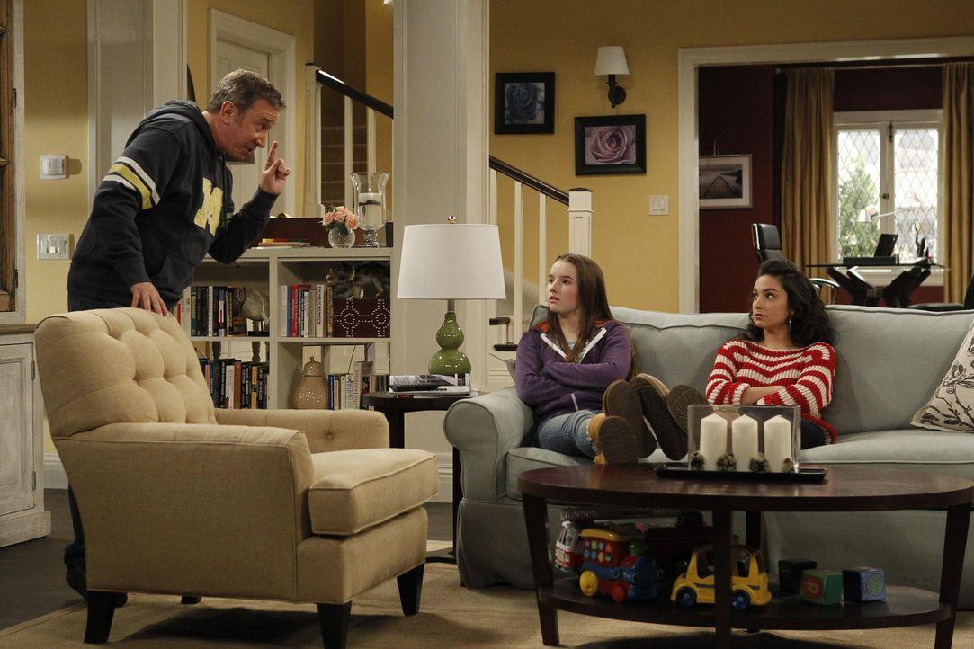 Mike (Tim Allen, l.) findet heraus, dass die sonst so brave Eve (Kaitlyn Dever, M.) eine Delle in Mandys (Molly Ephraim, r.) Auto gefahren hat ... - Bildquelle: 2011 Twentieth Century Fox Film Corporation
