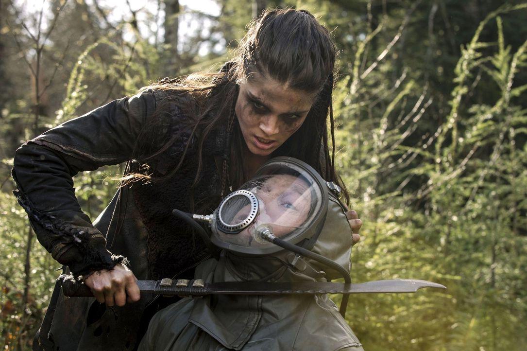 Aus Octavia (Marie Avgeropoulos, l.) wird immer mehr eine Kämpferin der Grounder ... - Bildquelle: 2014 Warner Brothers