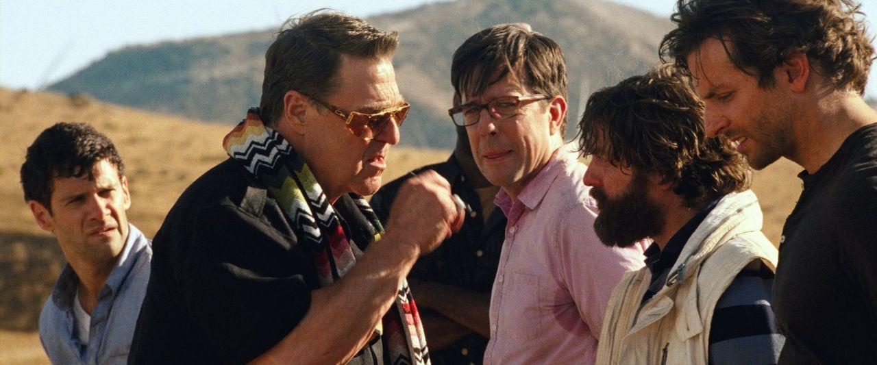 Kaum unterwegs, um Alan (Zach Galifianakis, 2.v.r.) in eine Spezialklinik einweisen zu lassen, da geraten Phil (Bradley Cooper, r.), Stu (Ed Helms,... - Bildquelle: 2013 Warner Brothers